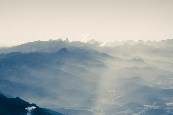 O que fazer em Petrópolis: a Serra dos Órgãos vista em meio a neblina