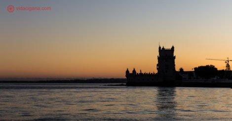 Passeio de Barco por Lisboa, a silhueta da Torre de Belém durante o pôr do sol
