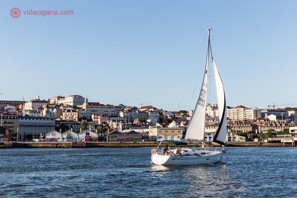 Passeio de barco por Lisboa: um veleiro navegando na frente da cidade