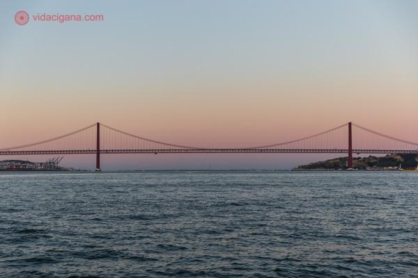 Passeio de Barco por Lisboa: a Ponte 25 de Abril durante o pôr do sol