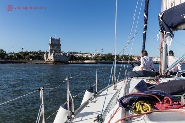 Passeio de barco por Lisboa: a Torre de Belém vista de dentro do veleiro