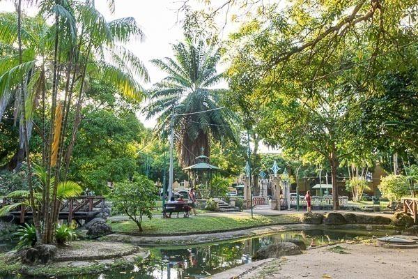 A linda Praça Batista Campos, cheia de verde, com rios e lagos artificiais, e um coreto