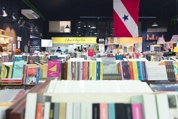 A Fox Belém, cheia de livros e a bandeira do Pará