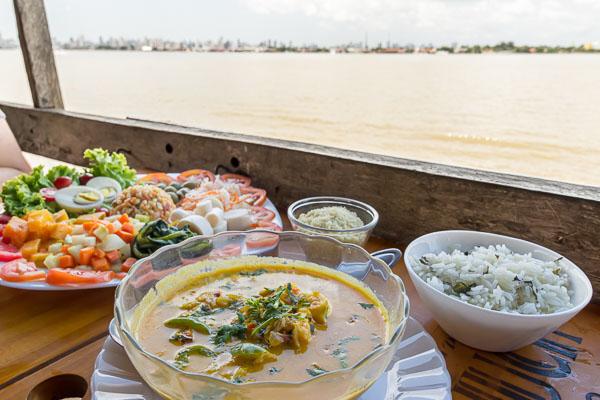 Comida farta e típica com mesa com vista para a Baía