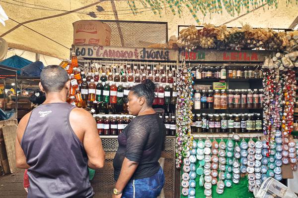O que fazer em Belém: uma barraca de exilir no Mercado Ver-o-Peso