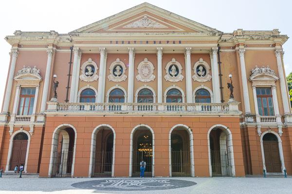 A fachada do Theatro da Paz, com cor de ocre