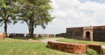 Onde ficar em Belém: A Feliz Lusitânia com árvores e as muralhas