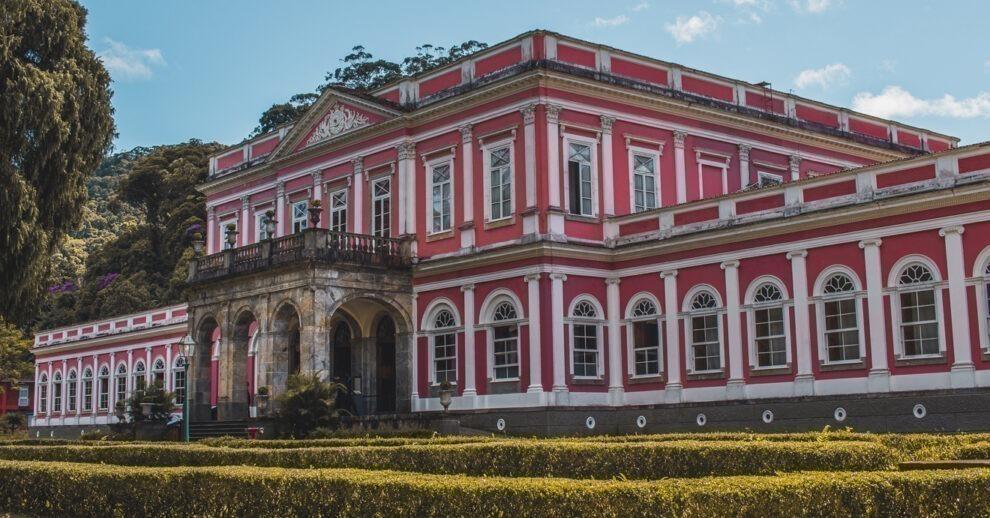 Onde ficar em Petrópolis: o Museu Imperial visto de lado, com o céu azul