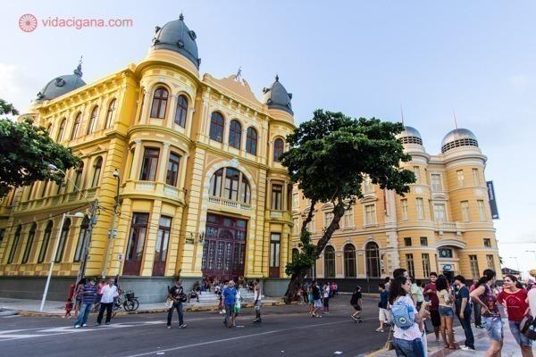 Os prédios amarelos e antigos do Recife Antigo