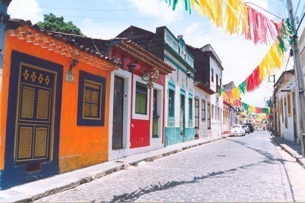 Uma rua de Olinda com suas casas coloridas