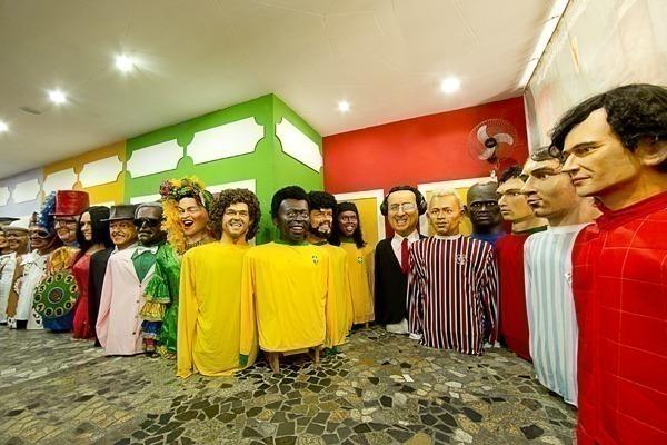 O interior da embaixada dos bonecos gigantes, cheia de bonecos de celebridades