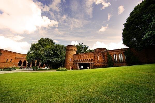 O Instituto Ricardo Brennand visto do jardim