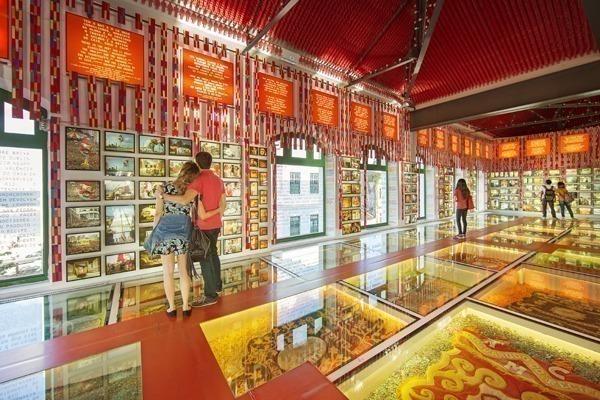O interior do Paço do Frevo todo vermelho com muitos objetos expostos