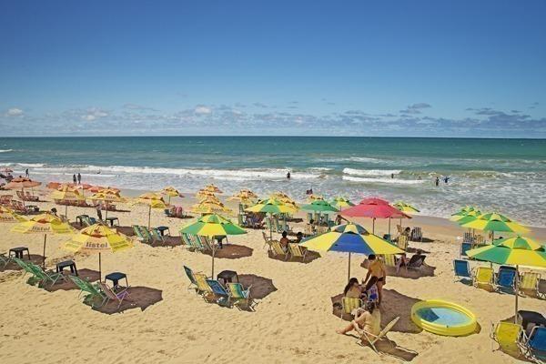 A Praia da Boa Viagem cheia de cadeiras de praia e guarda sol