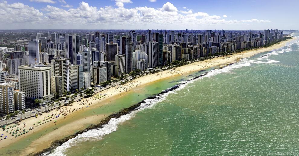 O que fazer no Recife: A Praia da Boa Viagem vista de cima do mar, cheia de prédios altos na orla