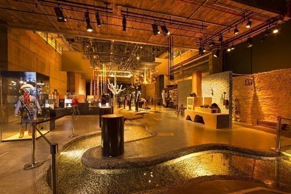 O interior do Cais do Sertão cheio de objetos expostos