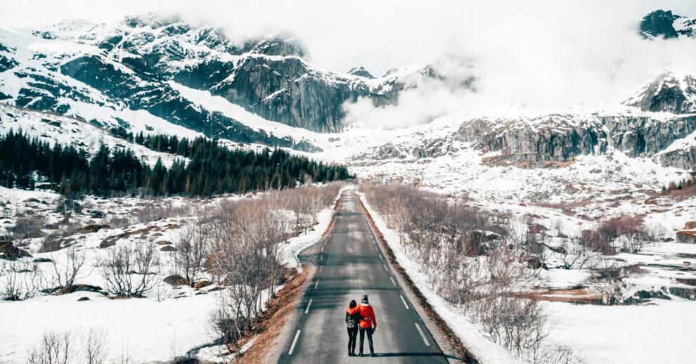 Como montar sua mala de viagem para a Europa: um casal na estrada cheia de neve