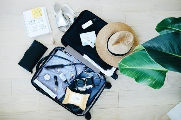 Como arrumar a mala de viagem para a Europa: uma mala cheia de roupas