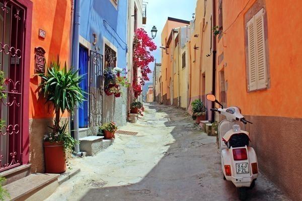 Como arrumar a mala de viagem para a Europa no verão: uma rua italiana durante o verão