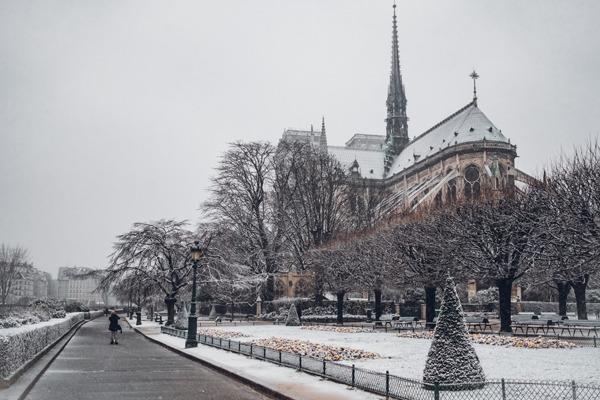Paris no inverno, com a Notre Dame cheia de neve