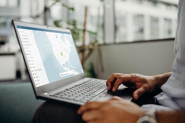 Notebook com aplicativo da NordVPN aberto e conectado