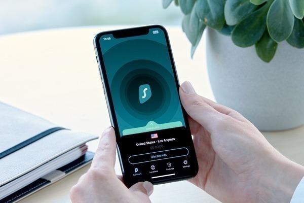Celular com aplicativo da Surfshark conectado
