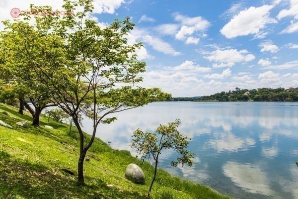 A Lagoa da Pampulha vista do gramado em seu entorno