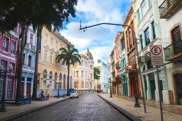 A Rua do Bom Jesus cheia de prédios coloridos, com o céu azul e algumas nuvens