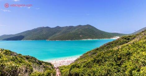 Onde ficar em Arraial do Cabo: A praia do Pontal do Atalaia, com águas verde turquesa e céu azul