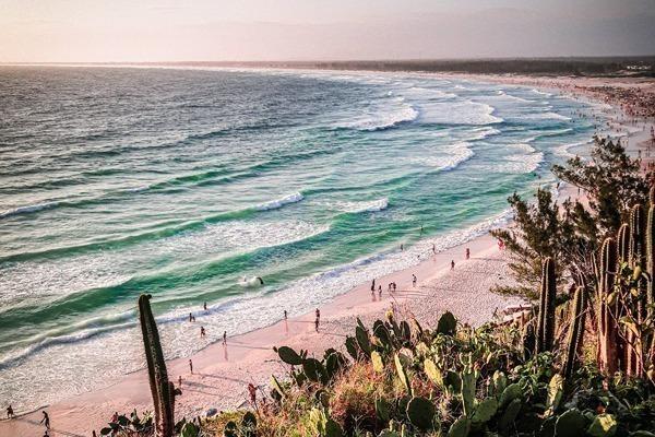Onde ficar em Arraial do Cabo: pôr do sol na Praia Grande