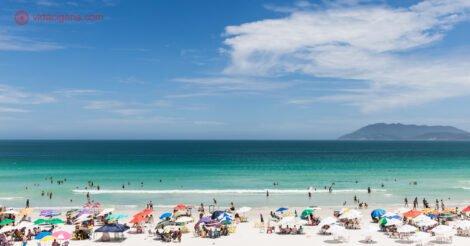 Onde ficar em Cabo Frio: a linda Praia do Forte, com suas areias brancas, mar verdinho e céu azul