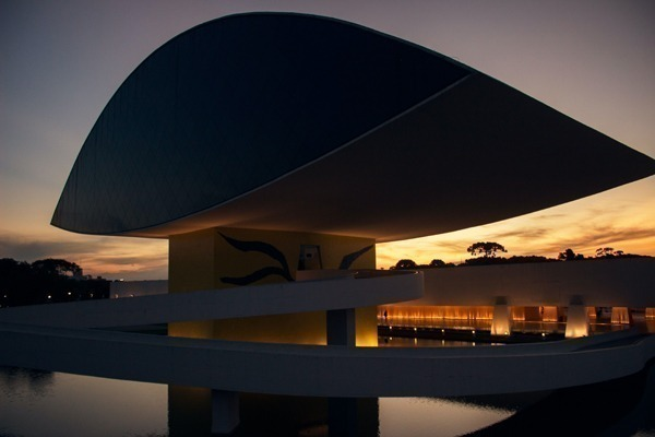 O Museu do Olho no pôr do sol