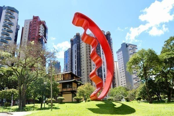 Onde ficar em Curitiba: a Praça do Japão com seu monumento em vermelho com prédios altos ao fundo