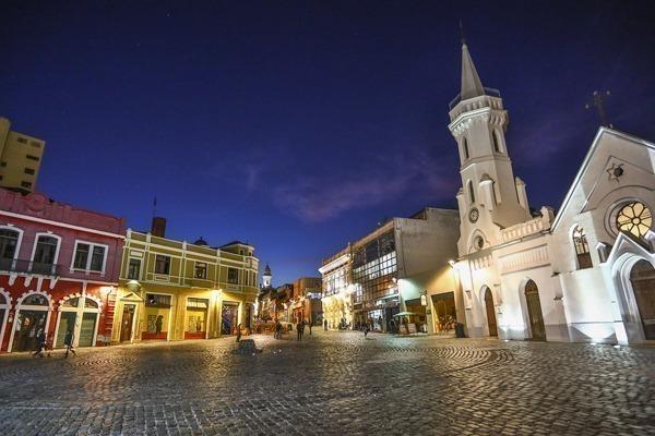O Largo da Ordem à noite com seus prédios históricos iluminados