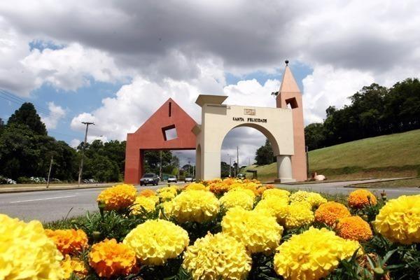O portal do bairro de Santa Felicidade, com flores amarelas na frente
