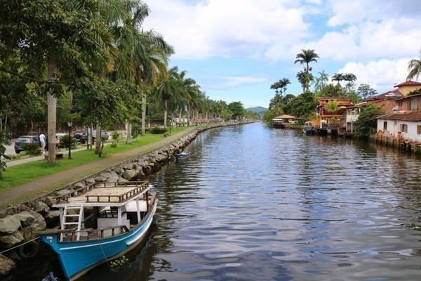 Onde ficar em Paraty: O bairro de Caboré visto da ponte sob o rio Perequê-Açu