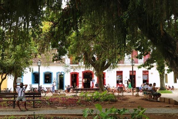Onde ficar em Paraty: A Praça da Matriz, com seu casario com portas coloridas e árvores imensas