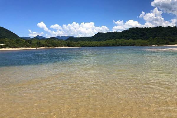 A praia em Paraty-Mirim com águas transparentes