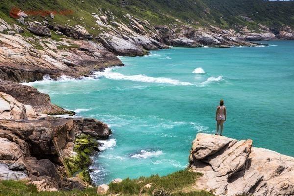 Uma mulher olhando o mar