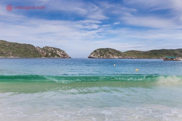A Praia do Farol num dia ligeiramente nublado, com águas transparentes
