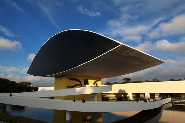 O que fazer em Curitiba: o exterior do Museu Oscar Niemeyer, mais conhecido como Museu do Olho