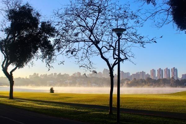 O Parque Barigui de manhã cedo, com neblina no lago