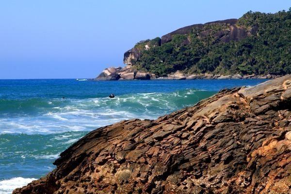A Praia do Cepilho, com alguns surfistas na água