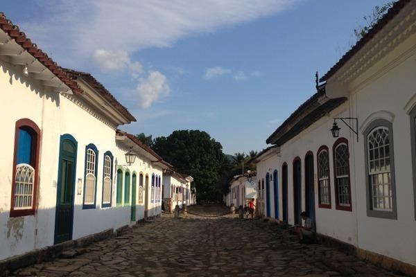 O que fazer em Paraty: o Centro Histórico com suas casas brancas e portas e janelas coloridas