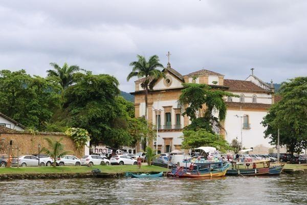 A Igreja Matriz de Paraty com barquinhos em sua frente