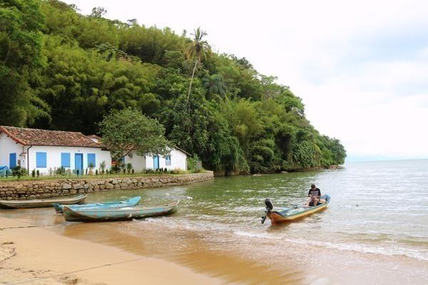A Praia do Pontal com barcos de pescadores