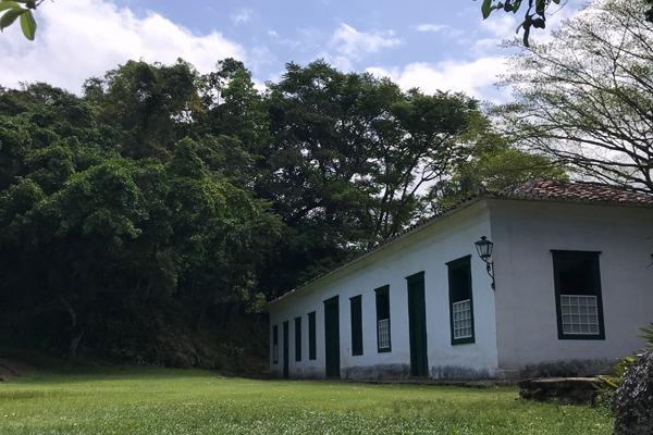 O Forte Defensor Perpétuo com um gramado verde, árvores abundantes e céu azul