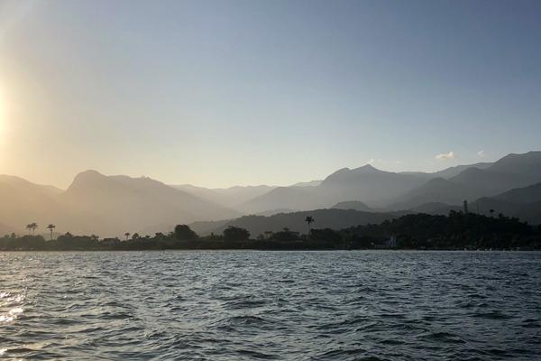 Paraty ao longe vista do mar