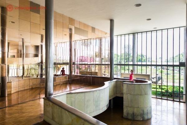 Onde ficar em Belo Horizonte: uma mulher de vermelho dentro do Museu de Arte da Pampulha