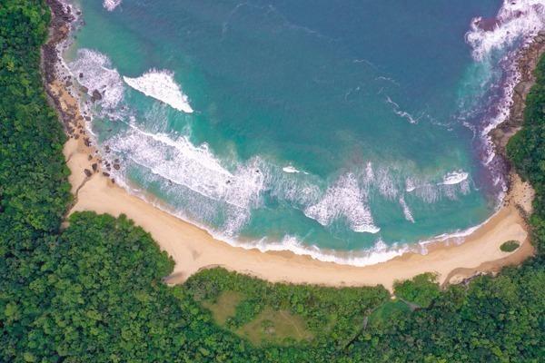 Uma das praias de Trindade vista de cima